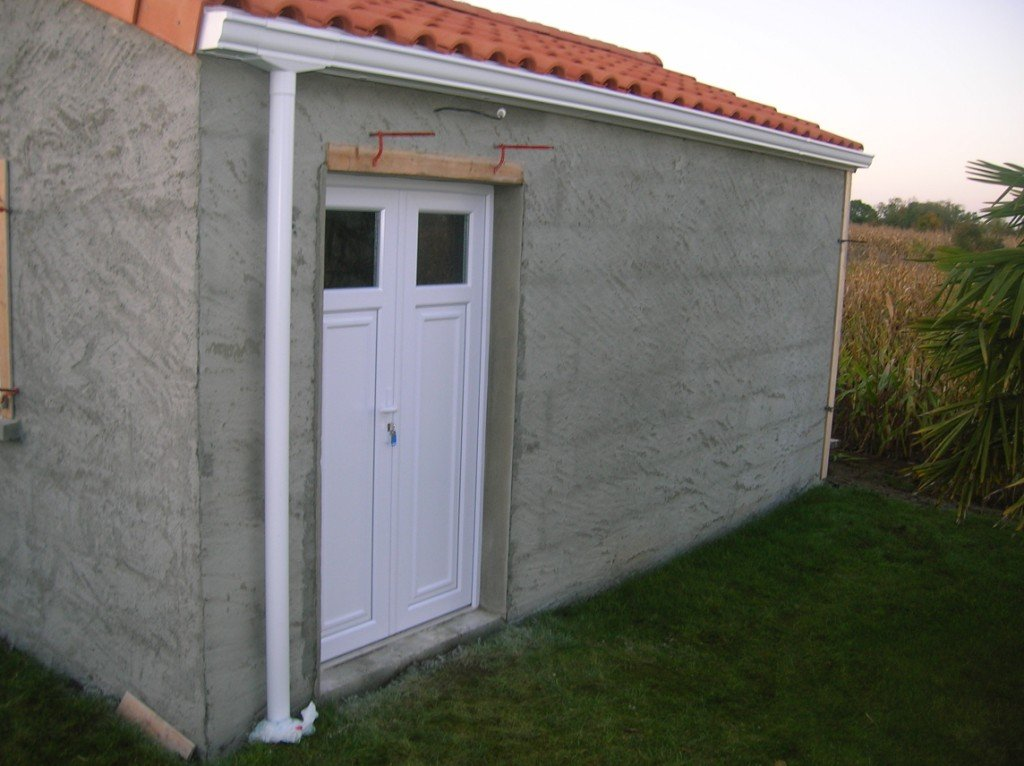 Construction de mon abri de jardin les enduits ciment - Enduit ciment sur parpaing ...